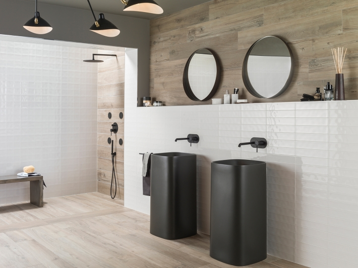 Off White + Round brassware in matt black: bathrooms with industrial look