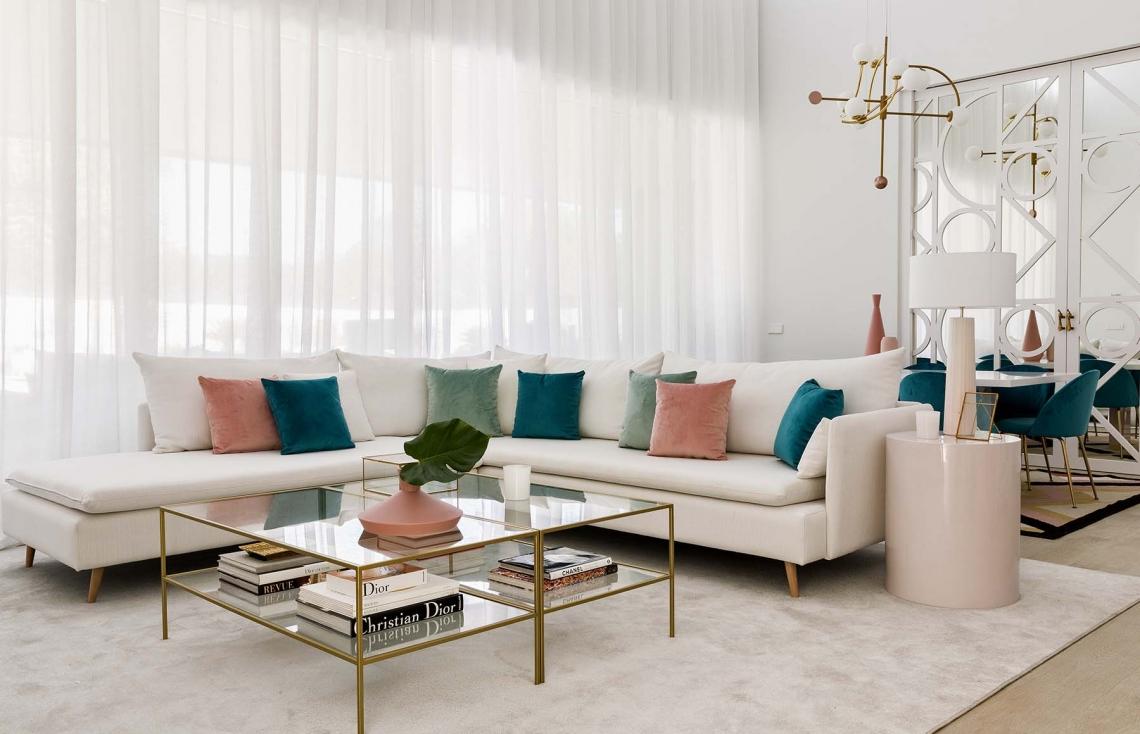 En el salón principal triunfan los tonos rosa, dorados, menta y aguamarina.