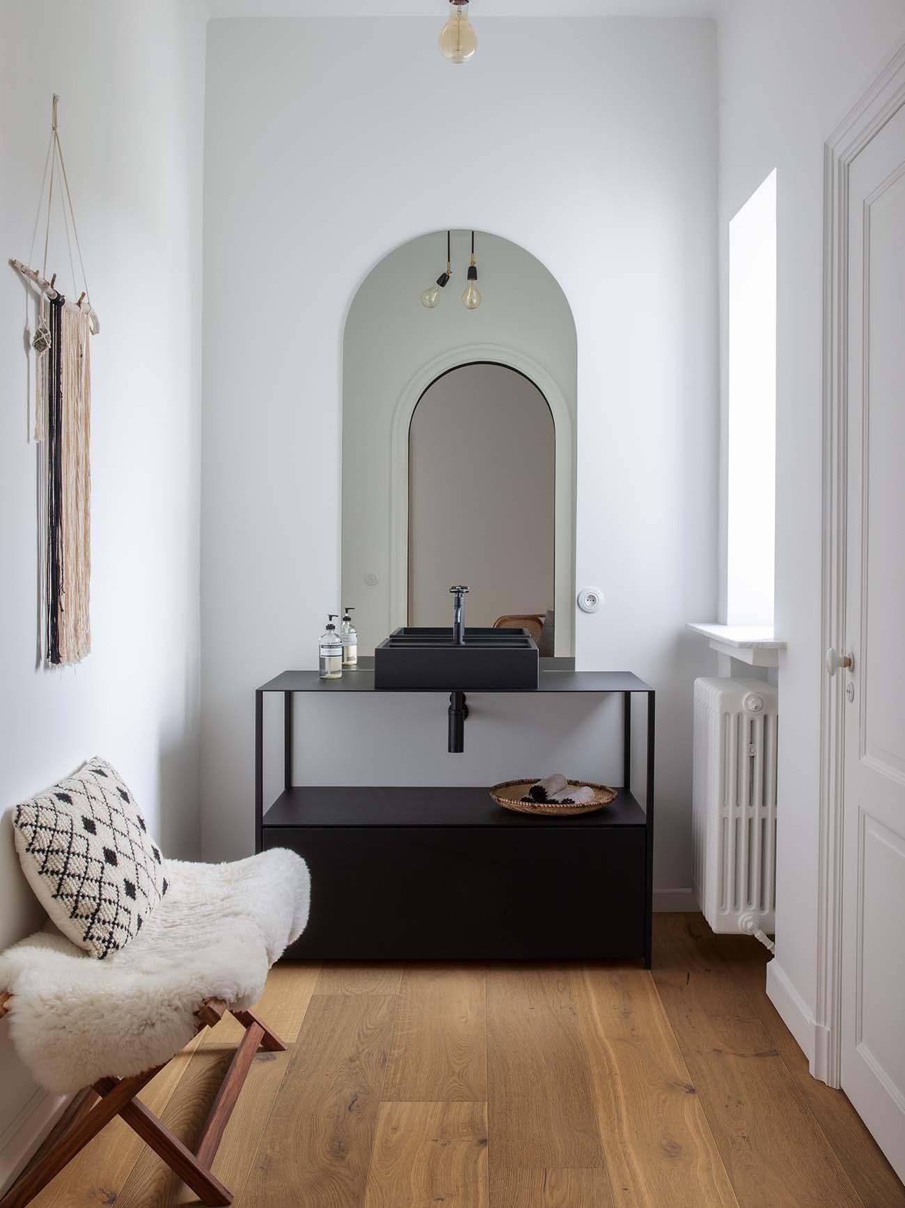 Un baño acogedor con suelo de madera.