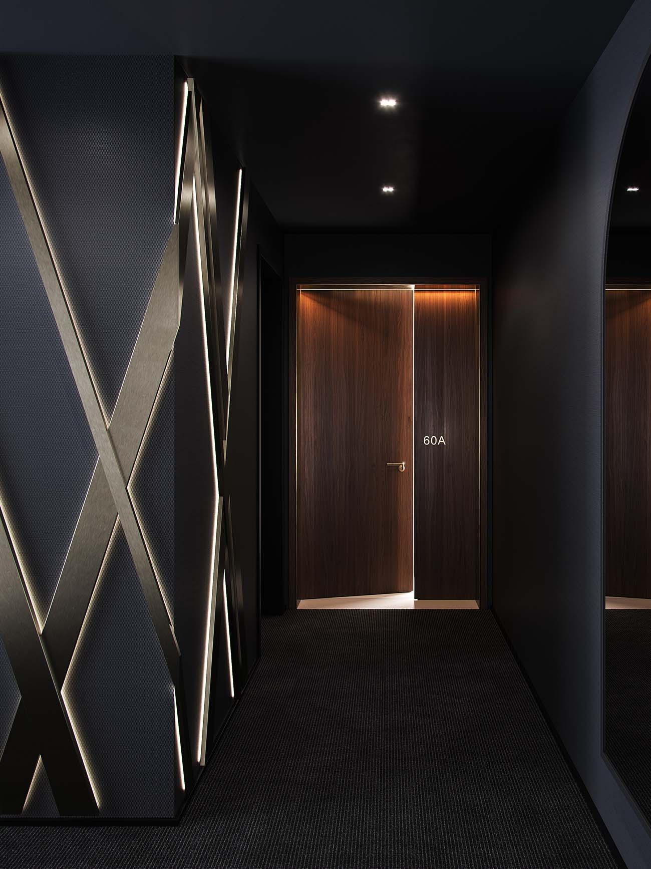 Al bajar del ascensor podremos apreciar el característico patrón rayado cruzado de Aston Martin.