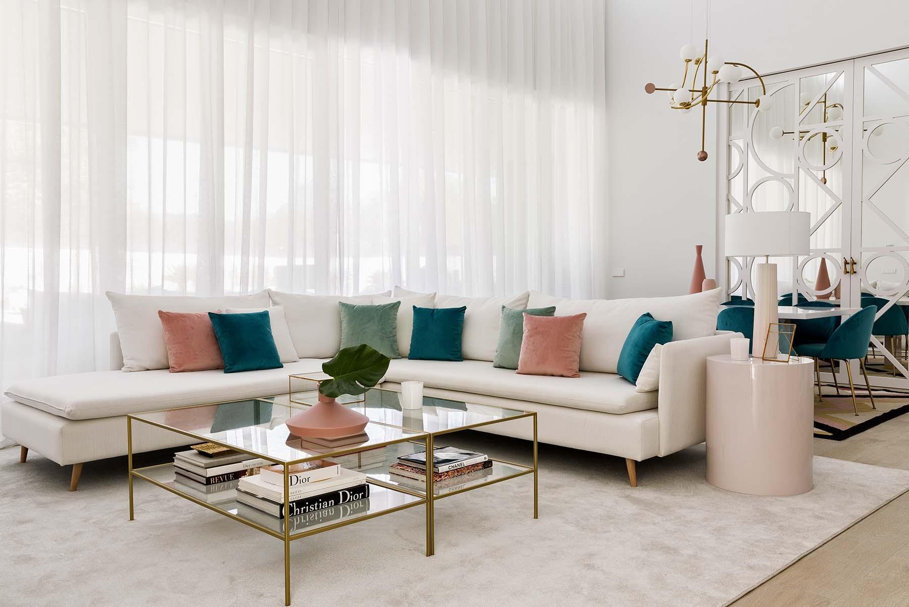 Kenay Home nos presenta uno de sus proyectos más sofisticados y coloridos. Color, texturas y geometr