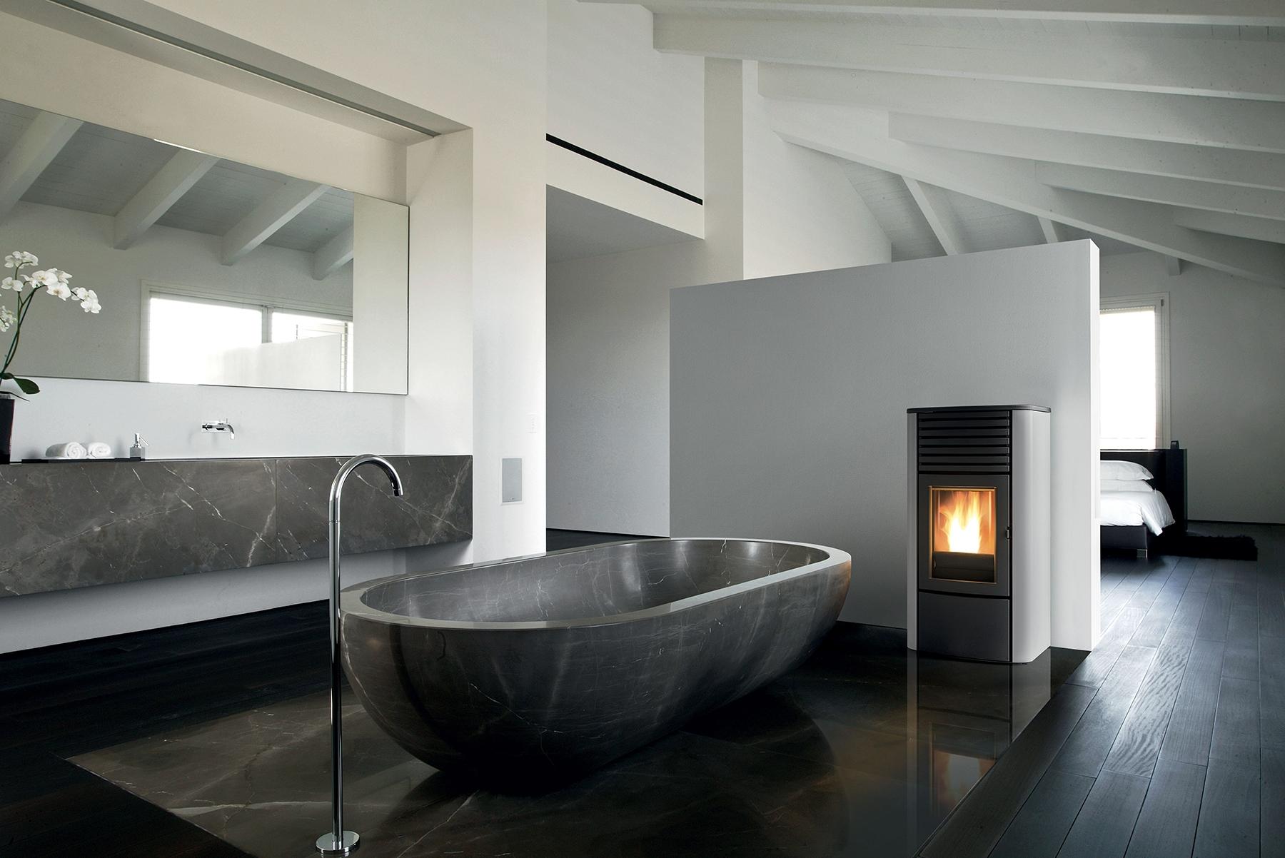 Ambiente de baño con estufa de MCZ.