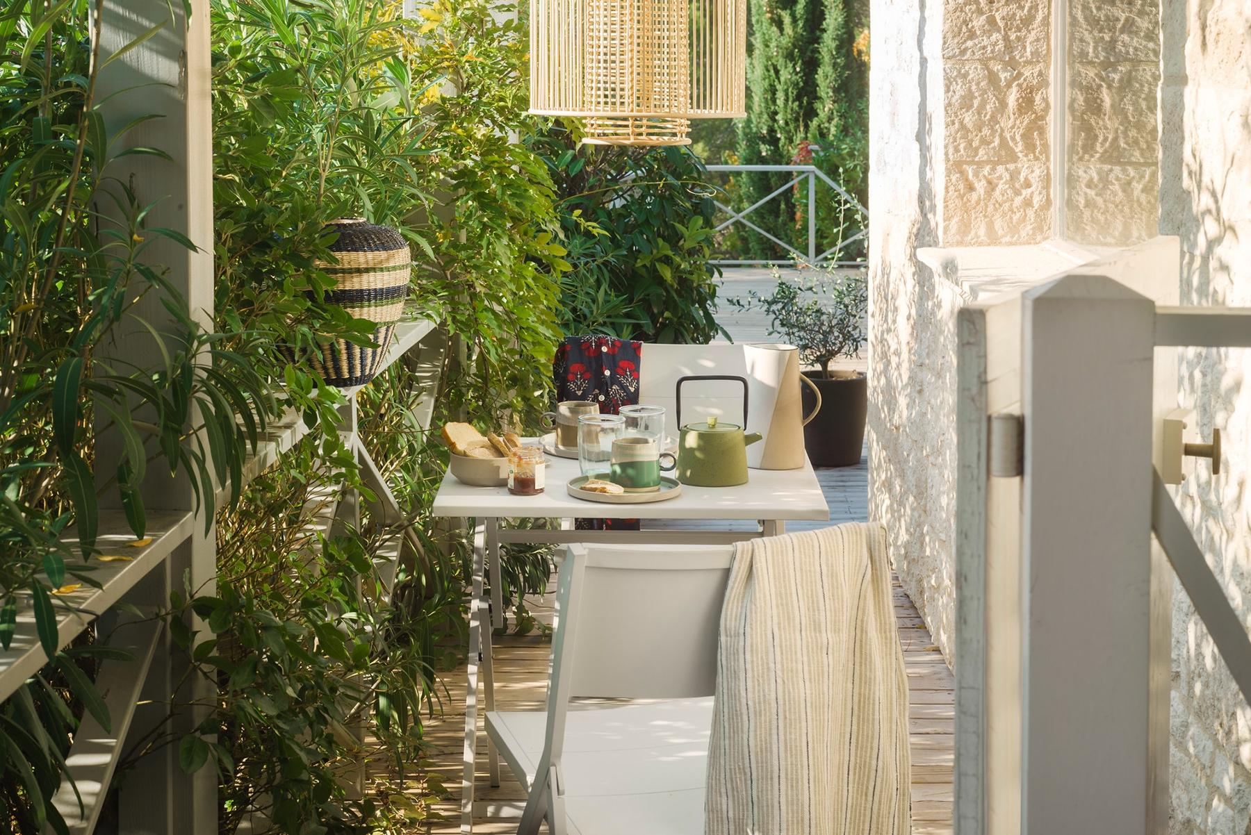Mesa y sillas Petra y lámpara Paradis de Habitat Design Studio.