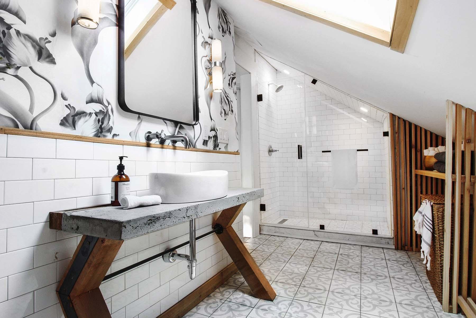 Un botiquín en el baño para imprevistos.